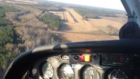 Αεροπλάνο που προσγειώνεται από το πιλοτήριο απόθεμα βίντεο