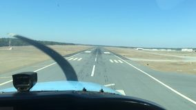 Αεροπλάνο που προσγειώνεται από το πιλοτήριο φιλμ μικρού μήκους