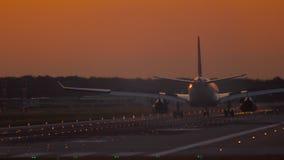 Αεροπλάνο που προσγειώνεται στα ξημερώματα απόθεμα βίντεο