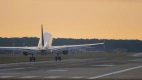 Αεροπλάνο που προσγειώνεται στα ξημερώματα φιλμ μικρού μήκους