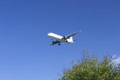 Αεροπλάνο που προσγειώνεται στη Βρέμη Στοκ Εικόνες