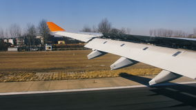 Αεροπλάνο που προσγειώνεται στον αερολιμένα, άποψη του φτερού από μέσα φιλμ μικρού μήκους