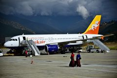 Αεροπλάνο που προσγειώνεται στον αερολιμένα του Μπουτάν Στοκ Εικόνα