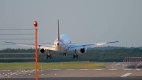Αεροπλάνο που προσγειώνεται στο Ντίσελντορφ απόθεμα βίντεο