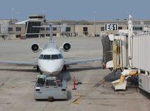 Αεροπλάνο που ρυμουλκείται αεριωθούμενο στον αερολιμένα Στοκ Εικόνες