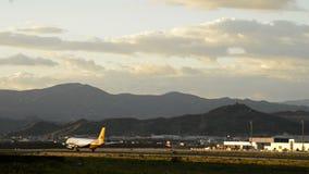 Αεροπλάνο που τρέχει έναν διάδρομο αερολιμένων πρίν απογειώνεται απόθεμα βίντεο