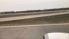 Αεροπλάνο που τρέχει στο έδαφος και την απογείωση στον αέρα φιλμ μικρού μήκους