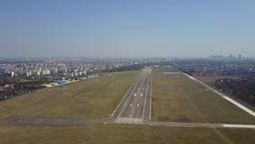 Αεροπλάνο προωστήρων που απογειώνεται από το διάδρομο αερολιμένων μια ηλιόλουστη ημέρα, εναέριος πυροβολισμός 4K βίντεο απόθεμα βίντεο