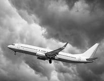 Αεροπλάνο στην απογείωση, το αεροπλάνο στο υπόβαθρο των σύννεφων Στοκ Φωτογραφία