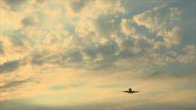 Αεροπλάνο στην προσγείωση ουρανού απόθεμα βίντεο