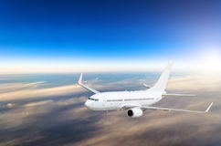 Αεροπλάνο στον ουρανό επάνω από το ύψος ηλιοβασιλέματος ταξιδιών πτήσης σύννεφων Στοκ Εικόνα