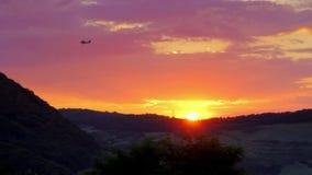 Αεροπλάνο στο ηλιοβασίλεμα απόθεμα βίντεο