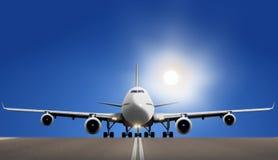 Αεροπλάνο στο διάδρομο με το φωτεινό ήλιο Στοκ εικόνα με δικαίωμα ελεύθερης χρήσης