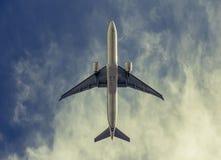 Αεροπλάνο στο νεφελώδη ουρανό - ο τρύγος κοιτάζει Στοκ Εικόνα