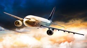 Αεροπλάνο στο σύννεφο θύελλας Στοκ φωτογραφία με δικαίωμα ελεύθερης χρήσης