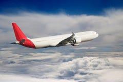 Αεροπλάνο στο υπόβαθρο αεροπλάνων μεταφορών ταξιδιού πτήσης ουρανού Στοκ Εικόνα