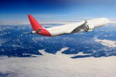 Αεροπλάνο στο υπόβαθρο αεροπλάνων μεταφορών ταξιδιού πτήσης ουρανού Στοκ Φωτογραφία