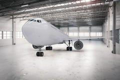 Αεροπλάνο στο υπόστεγο Στοκ εικόνα με δικαίωμα ελεύθερης χρήσης