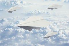 Αεροπλάνο τεσσάρων εγγράφου που πετά στο μπλε ουρανό στοκ εικόνα με δικαίωμα ελεύθερης χρήσης