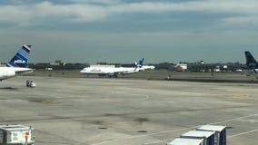 Αεροπλάνο JetBlue στο tarmac σε JFK απόθεμα βίντεο