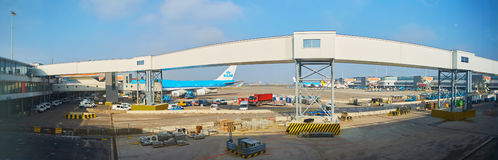 Αεροπλάνο KLM που φορτώνεται στον αερολιμένα Schiphol Άμστερνταμ Κάτω Χώρες στοκ φωτογραφίες με δικαίωμα ελεύθερης χρήσης