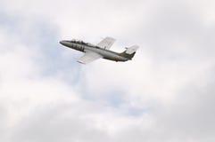 Αεροσκάφη αεριωθούμενων αεροπλάνων στο νεφελώδη ουρανό Στοκ Εικόνες