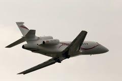 Αεροσκάφη γερακιών 900EX διοικητικού Ντασσώ αναχώρησης διεθνή αεριωθούμενα στη βροχερή ημέρα Στοκ φωτογραφίες με δικαίωμα ελεύθερης χρήσης