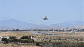 Αεροσκάφη επιβατών που απογειώνονται από τον αερολιμένα της Αλικάντε απόθεμα βίντεο