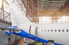 Αεροσκάφη επιβατών στη συντήρηση, μια άποψη της ουράς και το οπίσθιο τμήμα της ατράκτου στο υπόστεγο αερολιμένων Στοκ εικόνες με δικαίωμα ελεύθερης χρήσης
