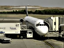 Αεροσκάφη που ανεφοδιάζουν σε καύσιμα σε Barajas, Μαδρίτη στοκ εικόνες