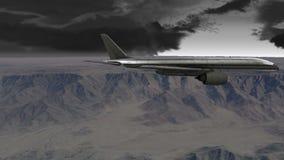 Αεροσκάφη που πετούν πέρα από τα βουνά στο σκοτεινό νεφελώδη ουρανό απόθεμα βίντεο
