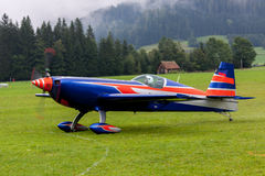 Αεροσκάφη - πρότυπα αεροσκάφη - χαμηλά ακροβατικά φτερών Στοκ Φωτογραφίες