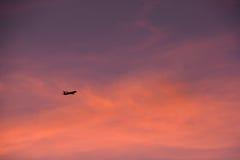 Αεροσκάφη πυράκτωσης ηλιοβασιλέματος Στοκ Εικόνες