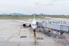 Αεροσκάφη στην πύλη στο τερματικό αερολιμένων για τους επιβιβαμένος επιβάτες Στοκ Εικόνα
