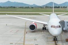 Αεροσκάφη στην πύλη στο τερματικό αερολιμένων για τους επιβιβαμένος επιβάτες Στοκ Φωτογραφίες