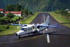 Αεροσκάφη στο διάδρομο σε Tenzing†«Χίλαρυ Airport, μετά από να προσγειωθεί στοκ εικόνες