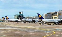 Αεροσκάφη της Lufthansa στο διεθνή αερολιμένα της Φρανκφούρτης Στοκ Φωτογραφίες