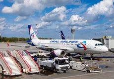 Αεροσκάφη των αερογραμμών Ural που περιμένουν τους επιβιβαμένος επιβάτες Στοκ Εικόνες