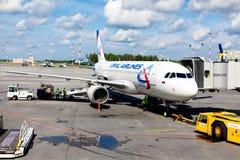 Αεροσκάφη των αερογραμμών Ural που περιμένουν τους επιβιβαμένος επιβάτες Στοκ Φωτογραφία