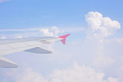 Αεροσκάφη φτερών σε ένα κλίμα του μπλε ουρανού και των σύννεφων Η όψη από την παραφωτίδα Στοκ Φωτογραφία