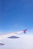 Αεροσκάφη φτερών σε ένα κλίμα του μπλε ουρανού και των σύννεφων Η όψη από την παραφωτίδα Στοκ εικόνες με δικαίωμα ελεύθερης χρήσης
