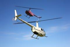 Αεροσκάφη - δύο μικρά ελικόπτερα κατά την πτήση Στοκ εικόνες με δικαίωμα ελεύθερης χρήσης