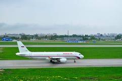 Αεροσκάφη airbus A320-214 αερογραμμών Rossiya στο διεθνή αερολιμένα Pulkovo στην Άγιος-Πετρούπολη, Ρωσία Στοκ Φωτογραφία