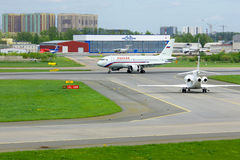 Αεροσκάφη airbus A319-113 αερογραμμών Rossiya στο διεθνή αερολιμένα Pulkovo στην Άγιος-Πετρούπολη, Ρωσία Στοκ φωτογραφία με δικαίωμα ελεύθερης χρήσης