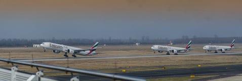 Αεροσκάφη Boeing 777-300 τύπων τελών έναρξης στο διάδρομο Στοκ Φωτογραφίες