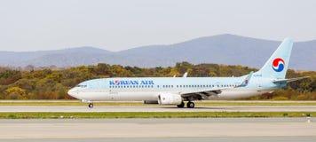 Αεροσκάφη Boeing 737-900ER επιβατικών αεροπλάνων του κορεατικού αέρα Νότια Κορέα στο διάδρομο Αεροπορία και μεταφορά στοκ εικόνα