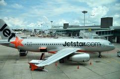 Αεροσκάφη Jetstar στον αερολιμένα της Σιγκαπούρης Changi Στοκ Εικόνες