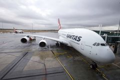 Αεροσκάφη Qantas που περιμένουν τους επιβάτες στοκ εικόνα με δικαίωμα ελεύθερης χρήσης