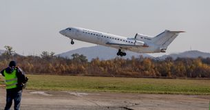 Αεροσκάφη Yakovlev yak-42 ΝΑΤΟ επιβατικών αεροπλάνων που εκθέτουν το όνομα: Καταστρέψτε της επιχείρησης αερογραμμών KrasAvia απογ στοκ φωτογραφία με δικαίωμα ελεύθερης χρήσης