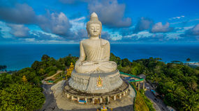 Αεροφωτογραφία άσπρο μεγάλο Phuket's ο μεγάλος Βούδας στο μπλε ουρανό Στοκ Εικόνες